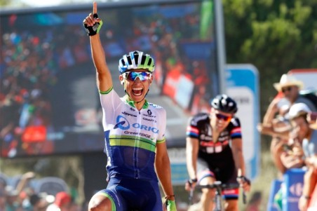 Chaves-wins-Vuelta-stage-two-by-Watson-630x420