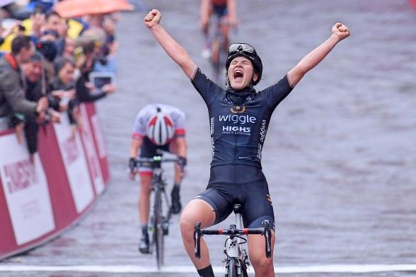 Elisa-Longo-Borghini-Strade-Bianche-salute-2017-Wiggle-High5-pic-RCS-Sport